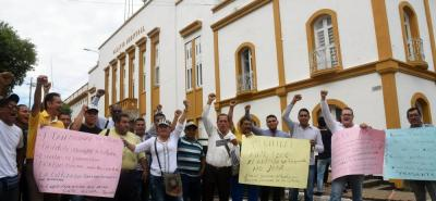 Desde las 9:00 a.m. de este jueves, un grupo de líderes del sector cultural protestó frente al Palacio Municipal.