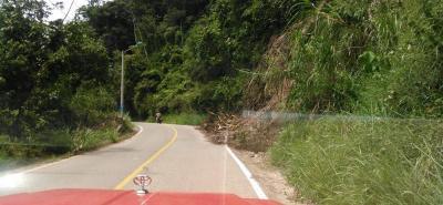 En la foto se observa uno de los derrumbes en la vía que conduce al restaurante El Bwey, después la curva que deriva también hacia el sector de Los Curos, pasando el peaje con destino a Piedecuesta.