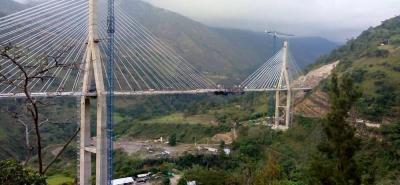 La construcción de este puente requirió 25.000 metros cúbicos de concreto, 3.4 millones de kilos de acero de refuerzo y 300.000 metros de acero para tirantes.
