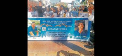 Con bombas blancas, carteles e imágenes de las tres personas desaparecidas, ayer en la mañana se realizó una marcha en solidaridad por Eleana Solano, Erwin Chacón y Gabriel Pérez.