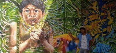El joven artista plasma en sus murales temas de su etnia, la naturaleza, y los rasgos indígenas.