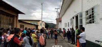Cientos de habitantes de Curití se agolparon a las afueras del hospital del municipio con el fin de linchar al acusado.