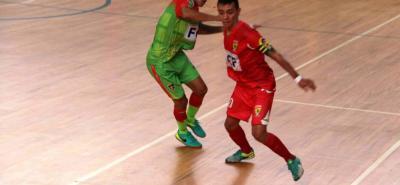 Atlético Santander (rojo) no pudo hacer respetar la casa y perdió 1-2 ante Tigres del Quindío en la séptima fecha del Torneo Nacional de Futsal.
