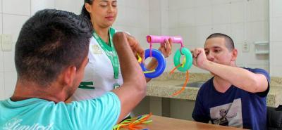 Personal experto se encarga de atender los talleres a la población con discapacidad.
