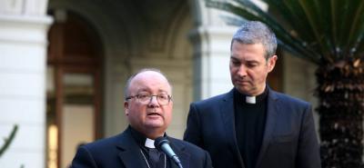 El arzobispo maltés Charles Scicluna, enviado especial del papa Francisco a Chile, ofrece declaraciones durante una rueda de prensa acompañado del sacerdote español Jordi Bertomeu, el segundo enviado especial del papa a Chile.