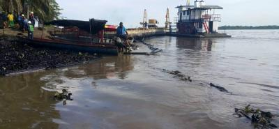 Gestión de Riesgo informó que en la zona de derrame de crudo en el río Magdalena se suspendió la captación agua y la pesca.