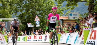 El colombiano Rigoberto Urán se impuso ayer en la tercera etapa del Tour de Eslovenia y se acomodó en el liderato de la competencia que le sirve de preparación para afrontar en julio el Tour de Francia, en donde espera estar en la pelea del título.