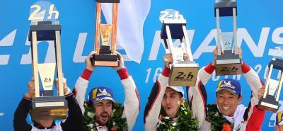 Esta es la imagen de los campeones de las 24 Horas de Lemans, en la que figuran el español Fernando Alonso, el suizo Sébastien Buemi y el japonés Kazuki Nakajima, quienes pilotaron un Toyota híbrido para alcanzar la victoria.