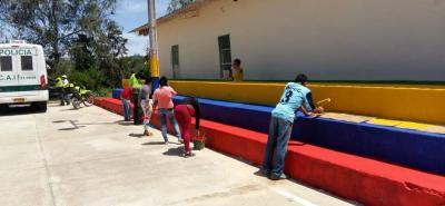 Estudiantes, padres, profesores y uniformados de la Estación de Lebrija participaron el fin de semana pasado en la actividad para mejorar la imagen de la escuela de la vereda La Puente.