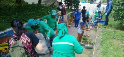 En la foto se observa la actividad de limpieza que se cumplió en las escaleras del barrio Villa Claudia, con personal de Empulebrija y la Red de Jóvenes Lebrija.