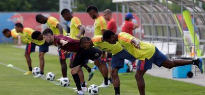 La selección Colombia entrenó ayer con los suplentes en el campo de juego, mientras que los titulares hicieron trabajo de recuperación en el gimnasio.