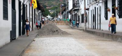 Según el veedor ciudadano Jorge González, el temor de no hacer la reposición en las redes de alcantarillado es que después de los arreglos del empedrado nuevamente se presente hundimiento y sea necesario romper la calzada.