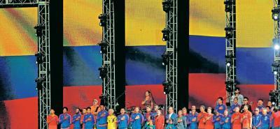 La selección Colombia en pleno se ubicó en la tarima que se adecuó en el estadio El Campín y uno de los momentos más emotivos fue cuando sonó el Himno Nacional, pues el canto fue acompañado por los miles de aficionados que llegaron al máximo escenario del fútbol en Bogotá.