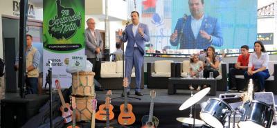 Entre los 1.400 instrumentos distribuidos a 52 municipios se destacan: flautas, saxofones, trompetas, acordeón, tiples y guitarras. El acto fue encabezado por el gobernador Didier Tavera.
