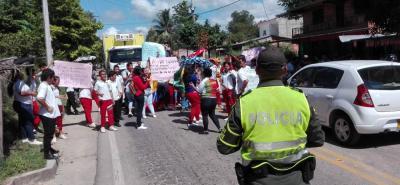Autoridades de Policía llegaron al sitio de la protesta para mediar con los estudiantes y lograr normalidad en la movilidad en la vía a Bucaramanga.