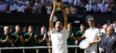 Por cuarta vez en su carrera, levantó el tenista serbio Novak Djokovic el trofeo que acredita al campeón del torneo de Wimbledon y que llega en plena recuperación de una lesión en el codo.