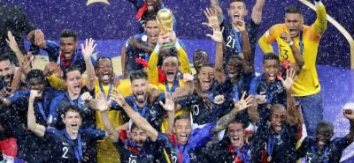 Hombres como Lloris, Umtiti, Varane, Pogba, Kanté, Mbappé y Griezmann hacen parte de la columna vertebral de la selección francesa que ayer se quedó con el título del Mundial de Rusia 2018, luego de superar 4-2 en una emotiva final a Croacia. Los orientados por Didier Deschamps borraron la cicatriz de hace dos años, cuando perdieron la final de la Eurocopa.