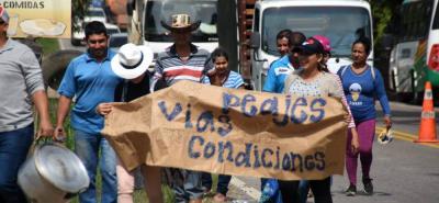 Los agricultores y líderes sociales salieron ayer en la mañana con pancartas en las que pedían que retiraran la estación de cobro que estaría funcionando en Patio Bonito.