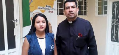 El sacerdote Efrén Vega, en compañía de la Coordinadora del Servicio Jesuita a Refugiados, Diana Torres, invitaron a donar.
