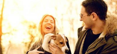 Uno de los gestos más atractivos para los demás es el trato cariñoso con los animales. Nadie se resiste.