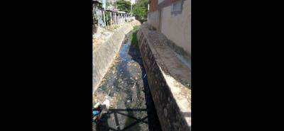Durante los días de lluvia ha empeorado el problema de los malos olores en los canales de agua lluvia, debido a que el liquido recorre los barrios con basura y excrementos que afectan a la ciudadanía.