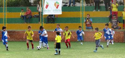 Más de 200 niños participaron del I Festival de Fútbol organizado por las Escuelas de Formación del Inderbú.