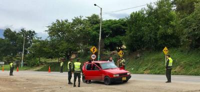 Los puestos de control están ubicados a la entrada y salida del municipio de Socorro. Agentes solicitan documentación tanto del conductor, ocupantes y vehículo.