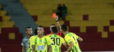 Además de verse perjudicado por las decisiones del árbitro del partido, Atlético Bucaramanga careció de profundidad y efectividad en el ataque, además de cometer varios errores defensivos que aprovechó La Equidad para imponerse anoche 2-0.