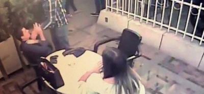Este es el momento en el que el asaltante intimida al hombre y le rapa una cadena.