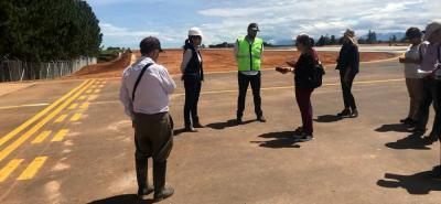 La nueva pista, construida por la Aerocivil, tuvo una inversión de $14.900 millones, cuenta con 1.300 metros de largo y 30 metros de ancho, que permitirá que aeronaves de mayor capacidad aterricen y despeguen con seguridad y confiabilidad.