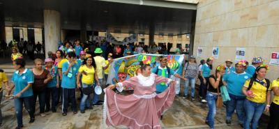 La caravana terminó en la Plazoleta de la Democracia donde se realizaron actos de danza, canto y poesía, protagonizados por ellos.