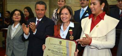 Gustavo Casasbuenas Vivas, presidente de la Sociedad Colombiana de Prensa y Medios de Comunicación, le entregó la Orden al Mérito a Diana Saray Giraldo Mesa, directora de este diario.