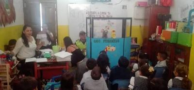 Agentes de la Policía dan un mensaje a los más pequeños por medio de actividades lúdicas, teatro y cultura, en diferentes instituciones educativas de Socorro.