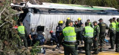 Bus con pasajeros se volcó en la vía entre el Aeropuerto Palonegro y Girón