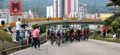 El pelotón de la Vuelta a Colombia cruzó ayer por Piedecuesta, Floridablanca y Bucaramanga a un ritmo demoledor. El público santandereano salió a las calles, se ubicó en los puentes y hasta en plena autopista para saludar y alentar a estos guerreros que tantas alegrías le entregan al país.