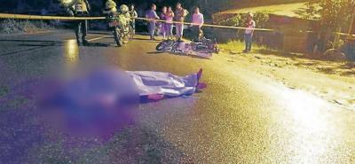 El conductor de 50 años fue arrollado por una moto. Nada pudieron hacer los paramédicos que arribaron al lugar.