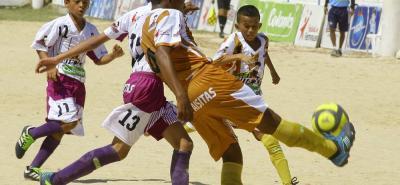 El equipo de Inderba de Barrancabermeja (dorado) venció 4-0 al equipo del Barrio Cañaveral (morado) por 4-0 en la primera fecha del Baby Fútbol - Colanta que se juega en Floridablanca.