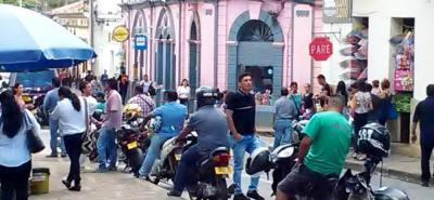La problemática del transporte informal en moto, en San Gil, ha evolucionado al punto de que hasta hay venezolanos trabajando de esta forma en el municipio.