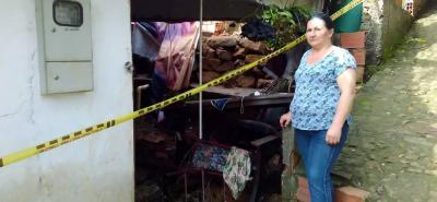 Este era el panorama que vivía la señora Mónica Vergara Arias a pocos días del suceso que la dejó sin vivienda en el sector El Recodo de San Gil. En compañía de su familia ya removieron los escombros de su casa.