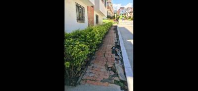 Casas con grietas internas y externas, así como andenes destruidos. La comunidad pide ayuda a las autoridades y responsabilidad ante daños.