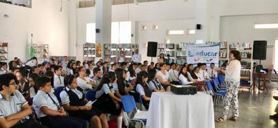 La idea, señalada como una novedad en la capital comunera, contó con la participación de los escritores Lilia Gutiérrez, Humberto Jarrín y la participación del maestro Fredy Chona, cantante de poesía y música andina.