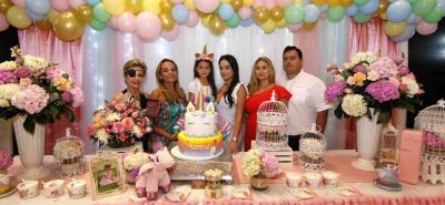 Martha Lizcano, Saray Lizcano, Isabella Bermúdez Morelli, Johana Morelli, Silvia Estupiñán y Andrés Morelli.