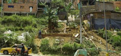 La inadecuada manipulación del terreno puede ocasionar una tragedia porque las viviendas ubicadas en la parte alta se están quedando sin base.