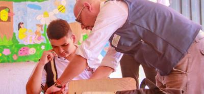 La Fundación Pienso en Todos lidera procesos de acompañamiento a estudiantes con discapacidad con el fin de que logren socializarse con los demás estudiantes y docentes.