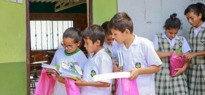Los niños y niñas recibieron útiles escolares, así como cuentos y algunos materiales de apoyo.