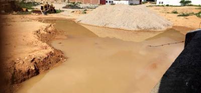 Trabajos realizado en  un lote en el barrio Santa Cruz han ocasionado que el agua lluvia se empoce, lo que al parecer cuando llueve causa inundaciones en las calles del barrio.