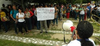 Frente a las instalaciones de Radiólogos Asociados, un grupo de docentes de Barrancabermeja protestó para que se mejore la prestación en el servicio de salud.