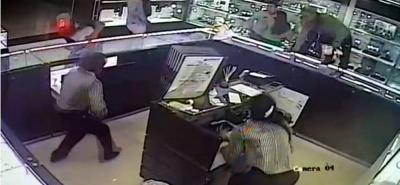 El asalto quedó registrado en las cámaras de video del establecimiento.