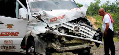 En un parqueadero de la vereda Patio Bonito, el conductor de la buseta que sufrió un accidente ayer en la vía Bucaramanga - Barrancabermeja evaluaba los daños de la colisión contra un furgón.