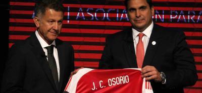 El técnico colombiano Juan Carlos Osorio fue presentado ayer como nuevo seleccionador nacional de Paraguay, por el presidente de esa federación, Robert Harrison.